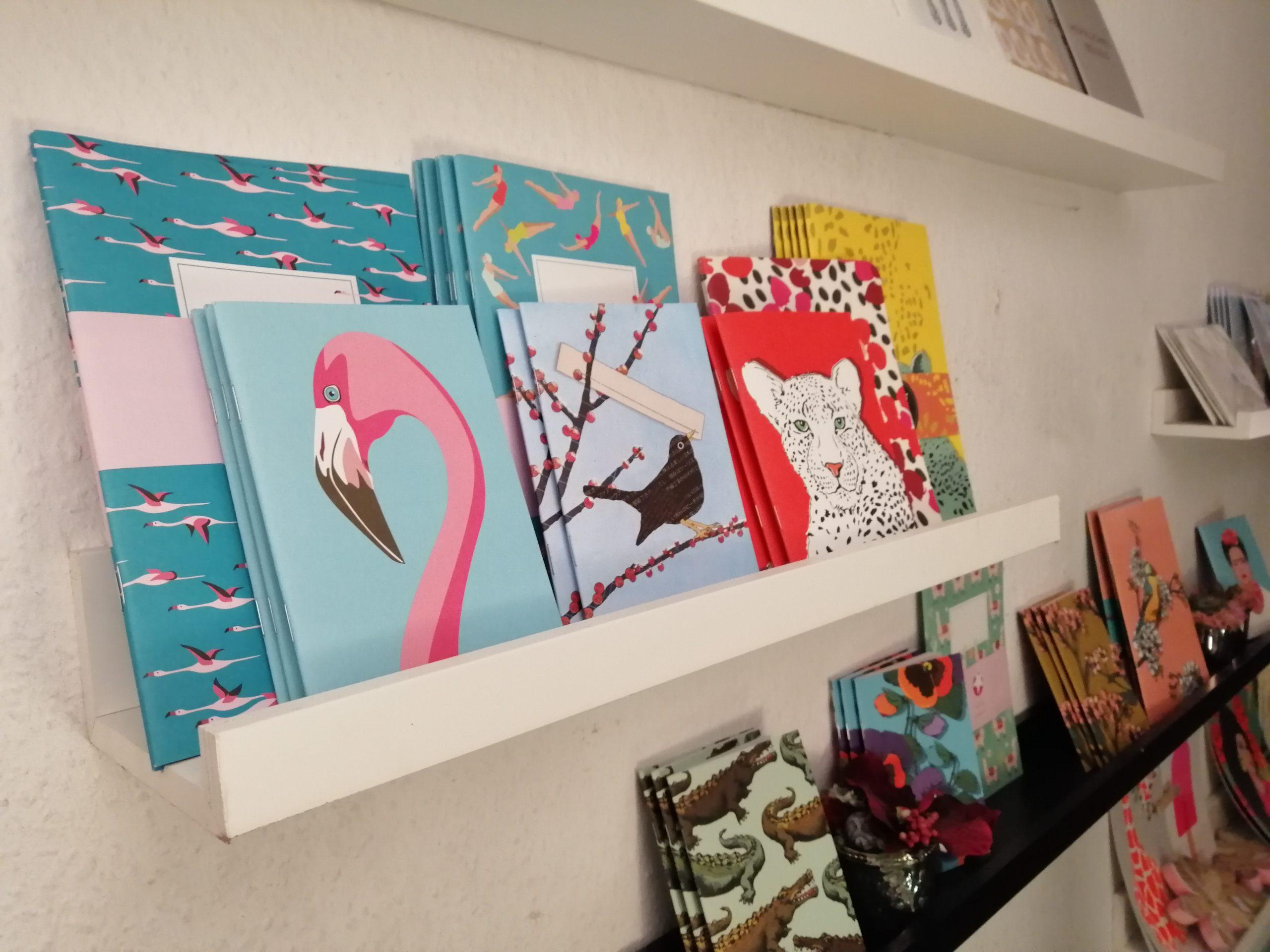 Auch kleine Mitbringsel und Geschenke gibt es im Laden zu entdecken: Hier bunte Notizbücher.